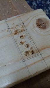 木材へドリルで穴開け