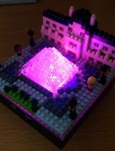 ナノブロックのルーブル美術館ライトアップ(赤)